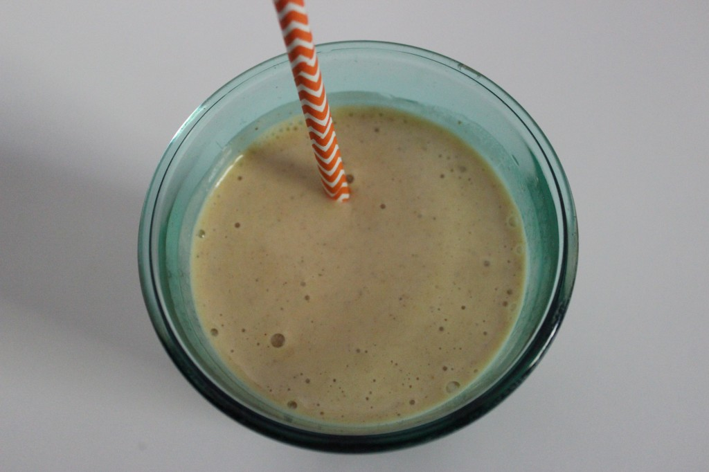 Pumpkin Pie Spice Smoothie is a sweet, creamy, delicious treat that is easy to make and perfect for the Fall season and to curb your pumpkin pie spice appetite. simplylakita.com #pumpkin #pumpkinspice #smoothie