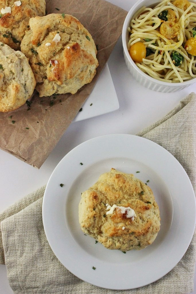 Easy Dinner Biscuits - This one bowl recipe requires few ingredients and pair perfectly with any weeknight dinner. The addition of Italian seasoning and parsley add in loads of flavor. simplylakita.com #biscuits