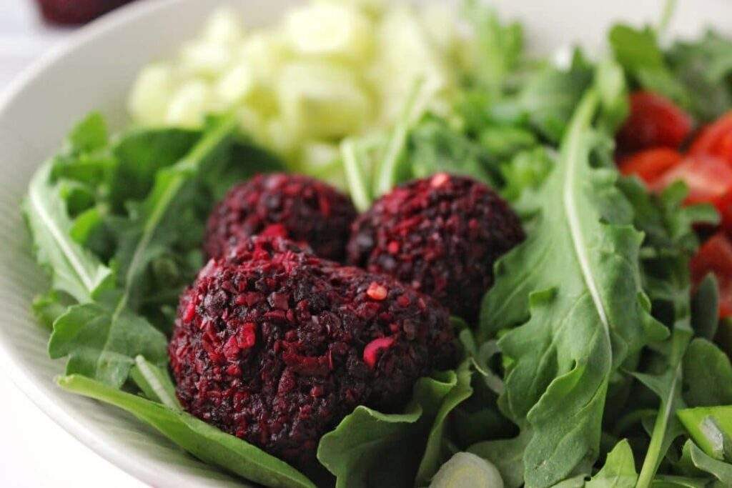Beet Falafel Bowl - The perfect recipe to give a try to spice up the traditional lunch salad. The beet falafel is so easy to make and delicious! simplylakita.com #vegan #beet