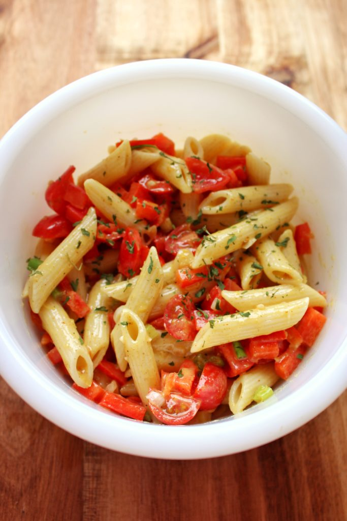 Lemon Pasta Salad - pasta, tomatoes, red pepper, and lemon make the perfect side dish that is easy to make, vegan, and delicious. simplylakita.com #vegan #pasta #salad