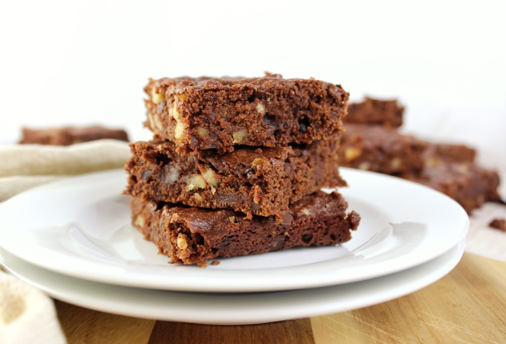 Vegan Brownies - Rich, fudgy, chewy brownies that take little time to prepare and are totally vegan. A delicious treat the whole family will enjoy. simplylakita.com #vegan #brownies