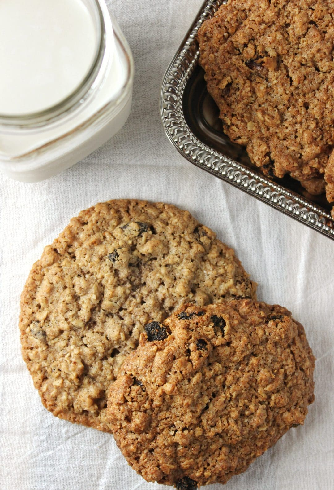 Oatmeal Raisin Cookies - These easy to make cookies are the perfect blend of sweetness, oatmeal, and tart raisins. Give them a try! simplylakita.com #cookies #oatmeal