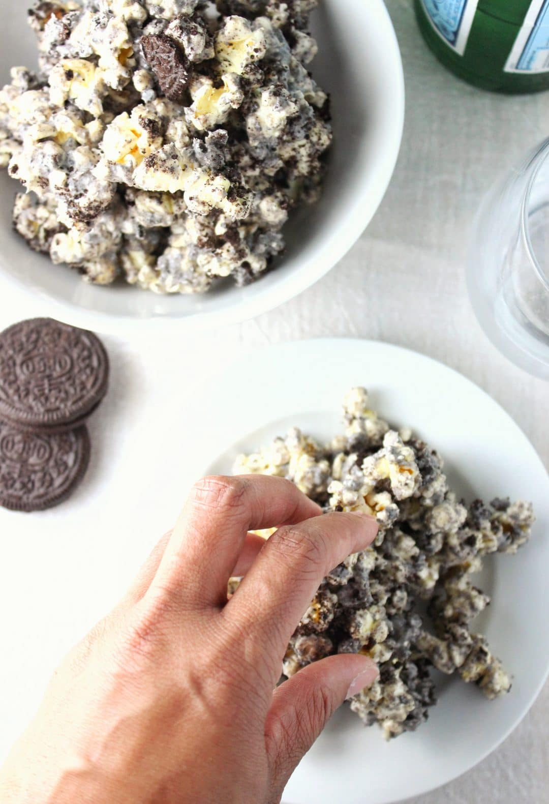 Cookies and Cream Popcorn - Easy 3 ingredient recipe that creates a sweet, salty, and crunchy snack that everyone will enjoy! simplylakita.com #popcorn