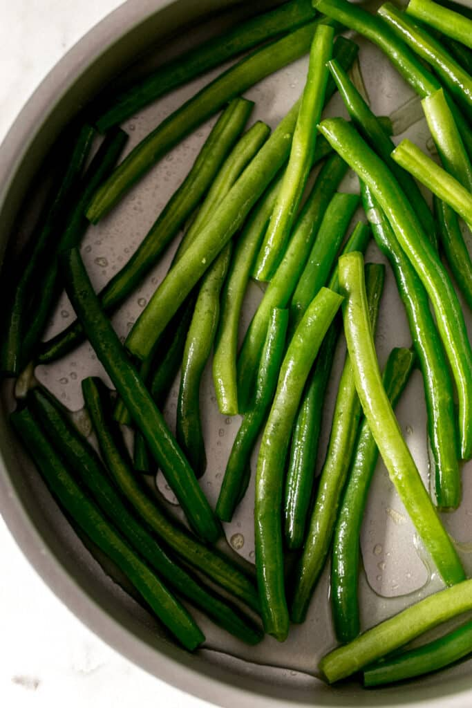 green beans in large skillet for garlic green beans