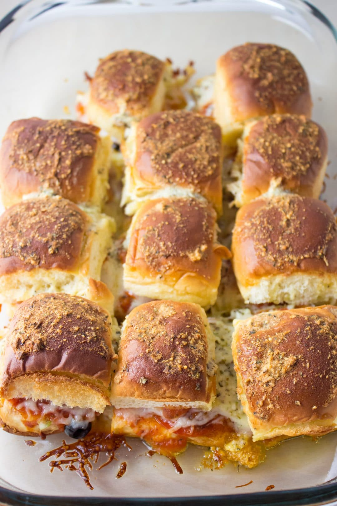 Cheesy Supreme Pizza Rolls - Loaded with plenty delicious toppings and perfect to serve to a crowd or just make a weeknight dinner fun. simplylakita.com #easyrecipe