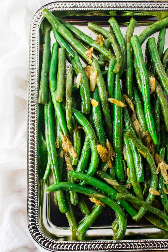 Garlic Green Beans - Fresh green beans dressed up with sauteed garlic, salt, pepper, and white wine vinegar to make this side dish anything but boring. simplylakita.com #vegan