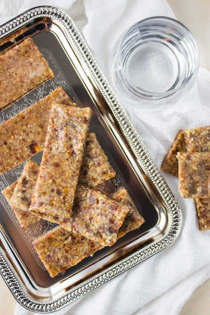 Homemade Lemon Larabars - These bars are vegan, sweet, tangy, and so easy to make yourself at home. The perfect way to boost your energy naturally. simplylakita.com #vegan