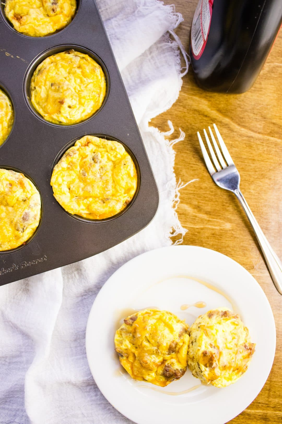 Pancake Egg Cups - Start your day off right with mini pancakes, sausage, and egg in a delicious muffin cup. Easy to make and perfect for travel. simplylakita.com #breakfast