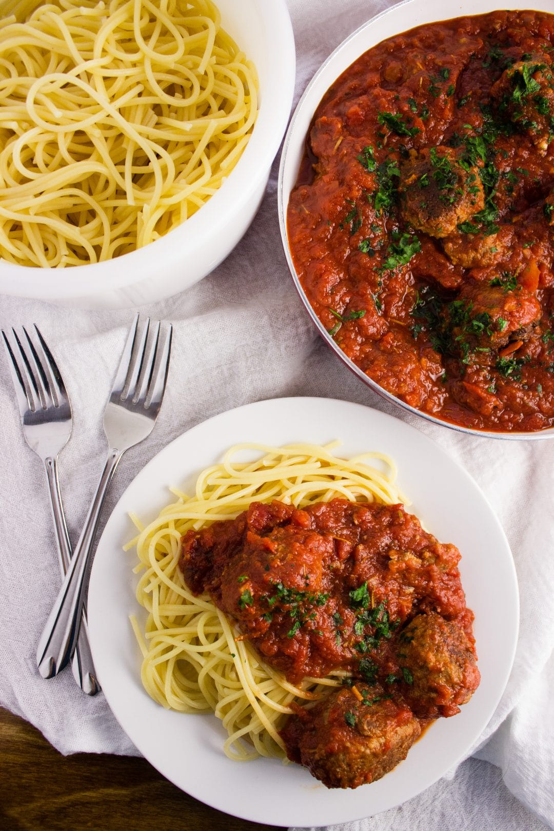A quick and easy Spaghetti and Meatballs recipe that includes a delicious pasta sauce that is full of flavor. The perfect family night dinner to try. simplylakita.com #spaghetti #easyrecipe