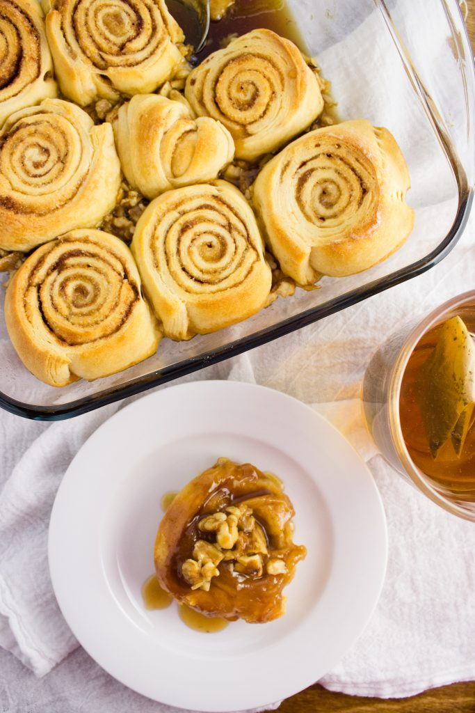 Easy sticky buns made with 7 ingredients that require no time to rise. Fast, simple, sticky and delicious. Perfect for lazy weekend mornings. simplylakita.com #stickybuns