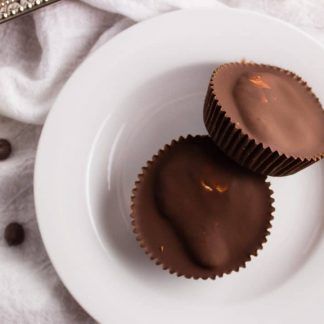 Chocolate S'mores Cups - This snack is terrific to make, indulgent, and delicious with a glass of milk. Everything you love about s'mores in one sweet bite. simplylakita.com #smores #chocolate