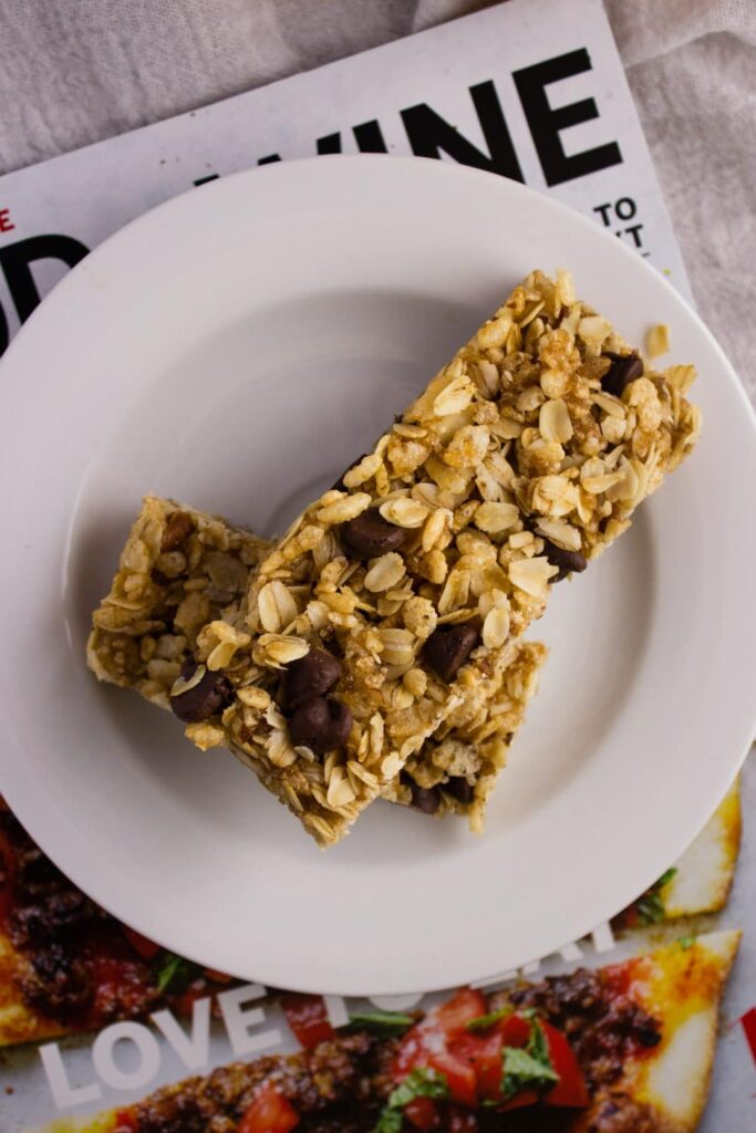 Chewy Chocolate Chip Granola Bars - This recipe makes a batch of simple, soft, and delicious granola bars that are the perfect mid-day snack. simplylakita.com #vegan #granola
