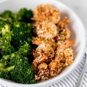 A crispy Sesame Shrimp recipe that combines sesame seeds and panko breadcrumbs for the perfect coating of crunchiness, flavorful shrimp, and easy meal. simplylakita.com #sesameshrimp #easyshrimprecipe